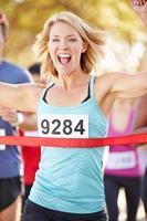 Marathonläuferin, die den Marathon gewinnt
