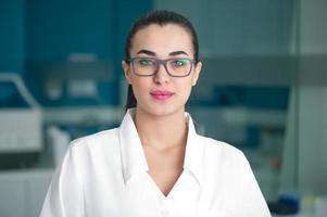 médica em laboratório