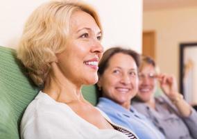 gelukkige vrouwelijke gepensioneerden thuis