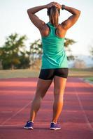 corredor femenino en una pista de atletismo