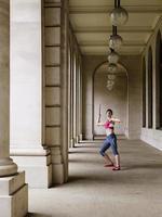 vrouwelijke atleet speerwerpen gooien in portiek