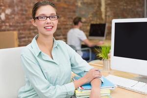 sonriente mujer editor de fotos en la oficina