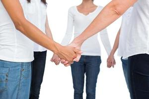 manos femeninas unidas en un círculo foto