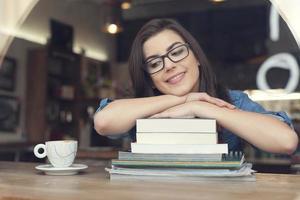 soñando y sonriendo estudiante en café