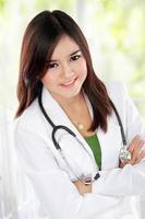 Docotr asiatico femminile con braccio incrociato
