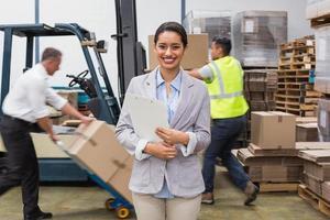 Gerente mujer sosteniendo archivos durante el período ocupado