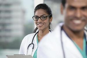 médico indiano feminino com seu colega