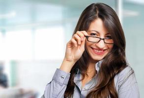 Retrato sonriente joven gerente femenina foto