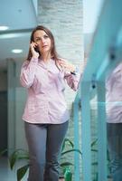 mujer de negocios hablando por teléfono foto