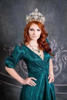 reine, personne royale avec couronne, cheveux roux et robe verte