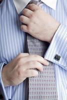 Geschäftsmann glättet seine Krawatte