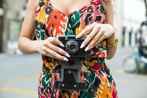 mujer joven con cámara vieja