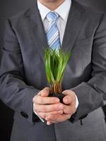 empresário com grama verde