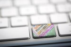 dinero del euro en el teclado foto