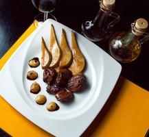 pato asado con pera, marinado en vino tinto y mascarpone