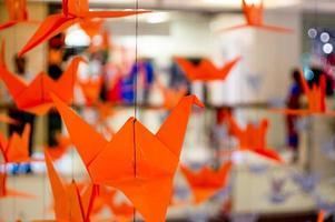 grullas de origami colgando de un hilo foto