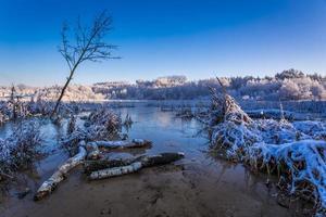 nascer do sol sobre o lago de inverno