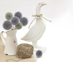 estatua de ganso con echinops