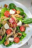 ensalada con vegetales frescos y fideos foto