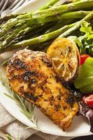 pollo casero con limón y hierbas foto