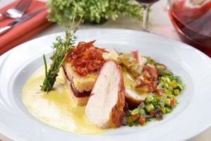pechuga de pollo con verduras y polenta