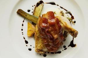 pollo a la brasa con tocino y calabacín