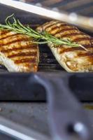 pechuga de pollo con romero en sartén foto