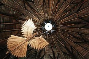 pájaro de madera tallado foto