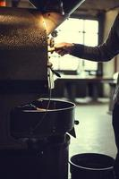 tostador de café en acción foto