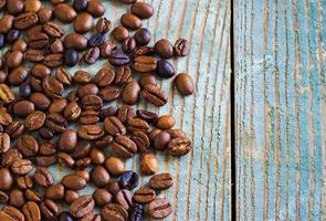 granos de café sobre un fondo de madera foto