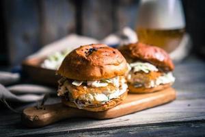 hamburguesas de pescado rústico con ensalada de col y cerveza