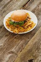deliciosa hamburguesa en la mesa foto