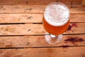 vaso de cerveza en una caja foto