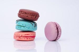 macarons coloridos aislados en blanco foto