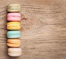 coloridos macarons franceses sobre fondo de madera foto