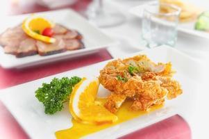 pollo frito con salsa de limón en un plato foto