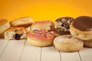 Colorido donut fresco crema sobre fondo amarillo foto