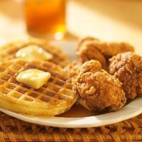 frango e waffles com chá doce