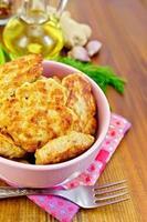 buñuelos de pollo en un tazón rosa sobre una servilleta foto