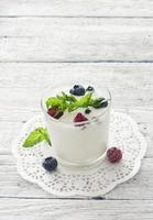 helado de vainilla con bayas frescas