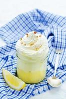 postre en capas con crema de limón, helado y crema batida