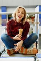 niña con helado foto