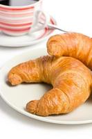 croissant recién hecho con café foto