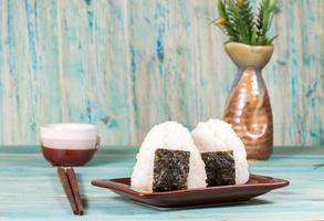 bola de arroz, onigiri, arroz mezclado con algas. foto