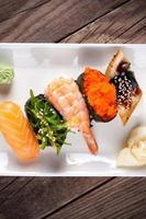 sushi fresco su fondo di legno