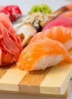 rollo de sushi y nigiri foto
