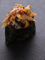 sushi gunkan em um prato de pedra