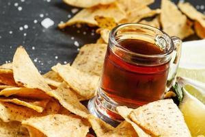 donkere bierpullen in een ouderwetse en nacho's