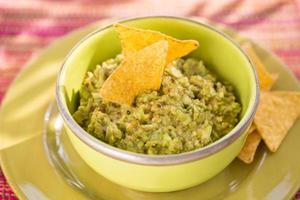 tazón de guacamole y nachos, luz solar foto