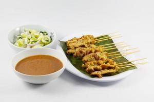 comida tailandesa, satay de cerdo con salsa de maní